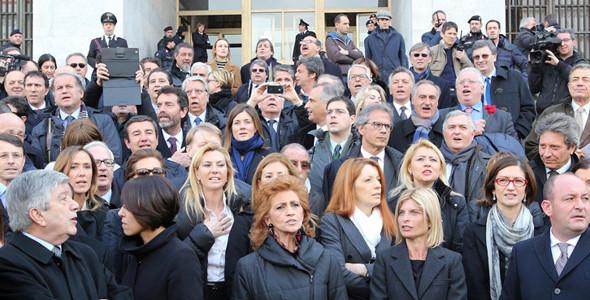 Basta con i servitori obbedienti del PdL. Maggioranza diversa per legge elettorale ed elezioni a febbraio. Con Renzi premier.