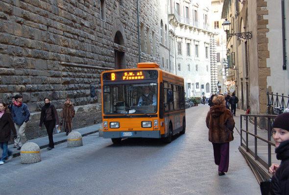 """Firenze, insulti e molestie sul bus. """"Rabbia come madre e preoccupazione per il clima di intolleranza e indifferenza"""""""
